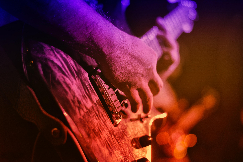 En musiker och en elgitarr